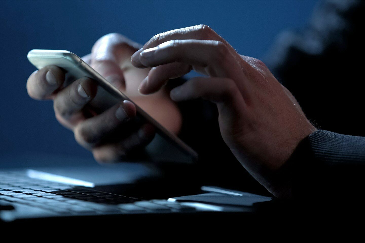 RS image teaser PR NAT-hands typing on mobile phone